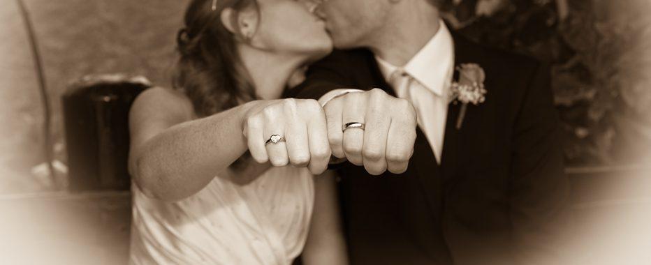 Unikke vielsesringe - brudepar der kysser