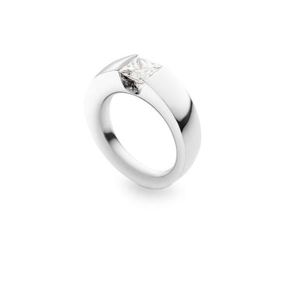 Unik forlovelsesring i platin med princess cut diamant.
