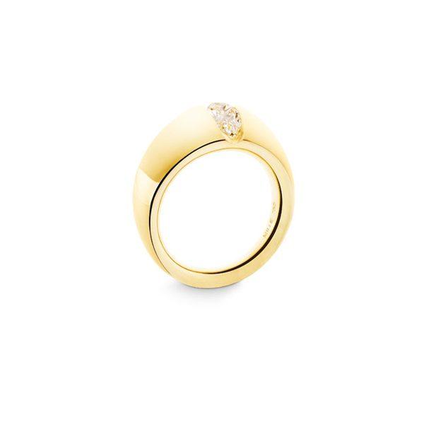 Unik forlovelsesring i gult guld, med dråbeformet diamant.