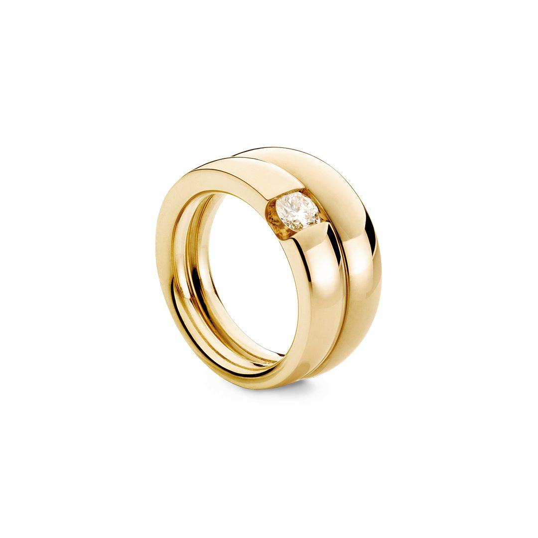Embrassé forlovelsesring i gult guld, med brillant 0,35 ct. TW-VVS, med vielsesring ved siden af.