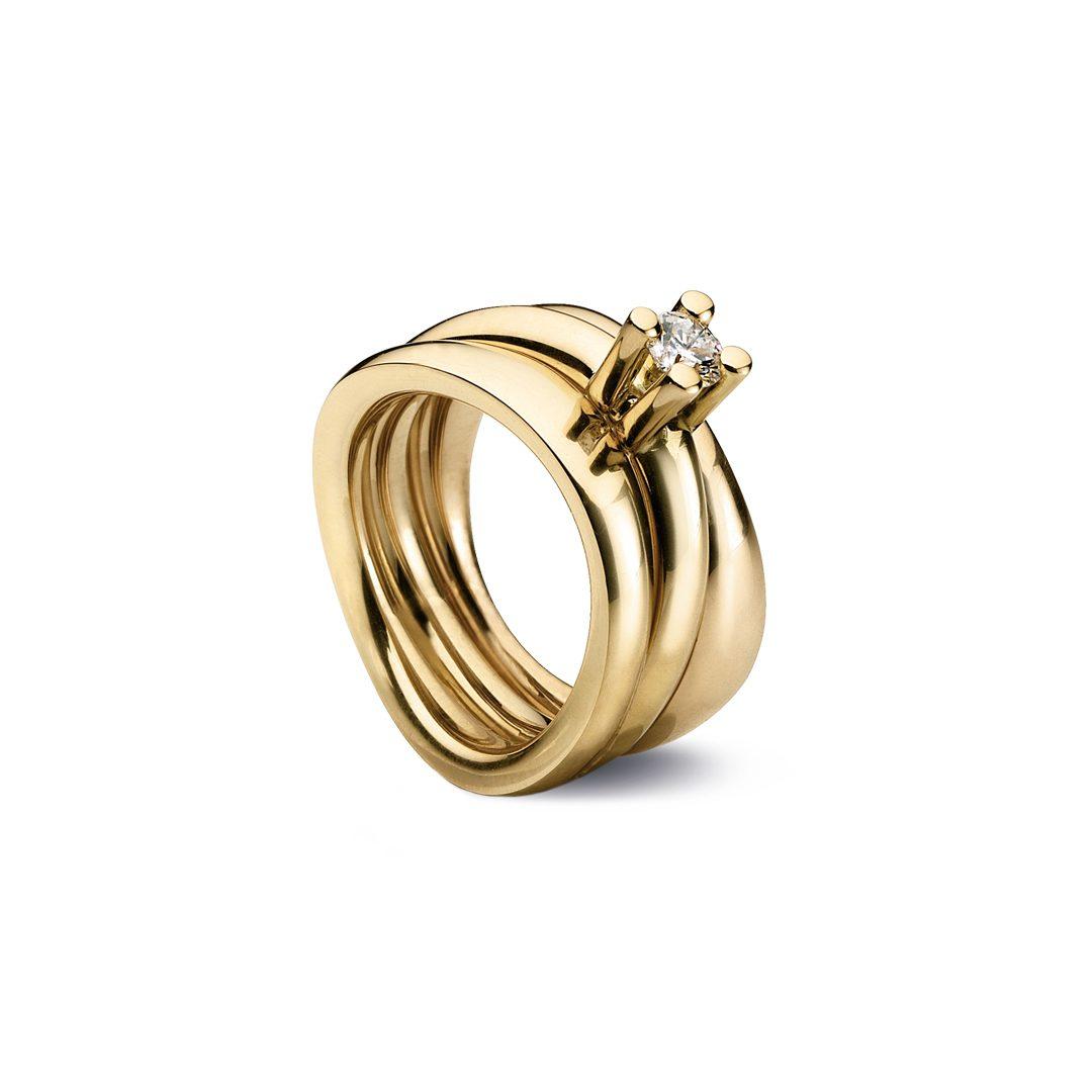 Obliuqe forlovelsesring i gult guld, med brillant 0,25 ct. TW-VVS og to sideringe.