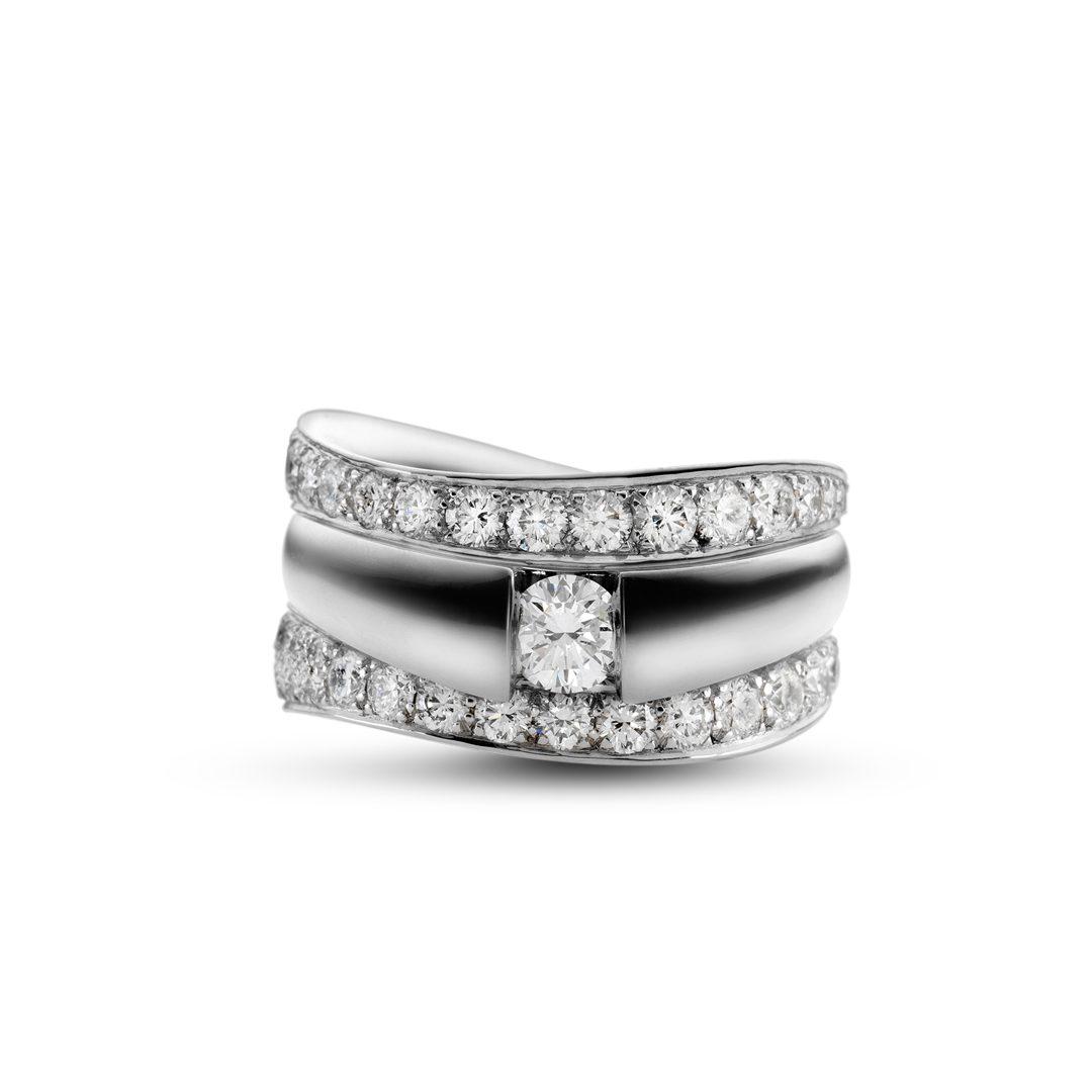 Obliuqe forlovelsesring i hvidguld, med brillant 0,35 ct. TW-VVS, flankeret af to sideringe med pavé fattede diamanter.
