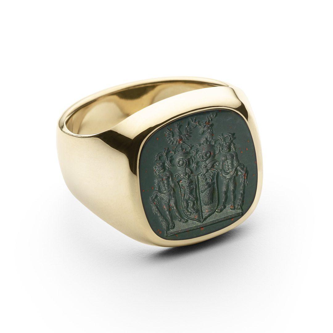 Signetring i guld med seglplade af grøn Jaspis, graveret med fuldt våben.